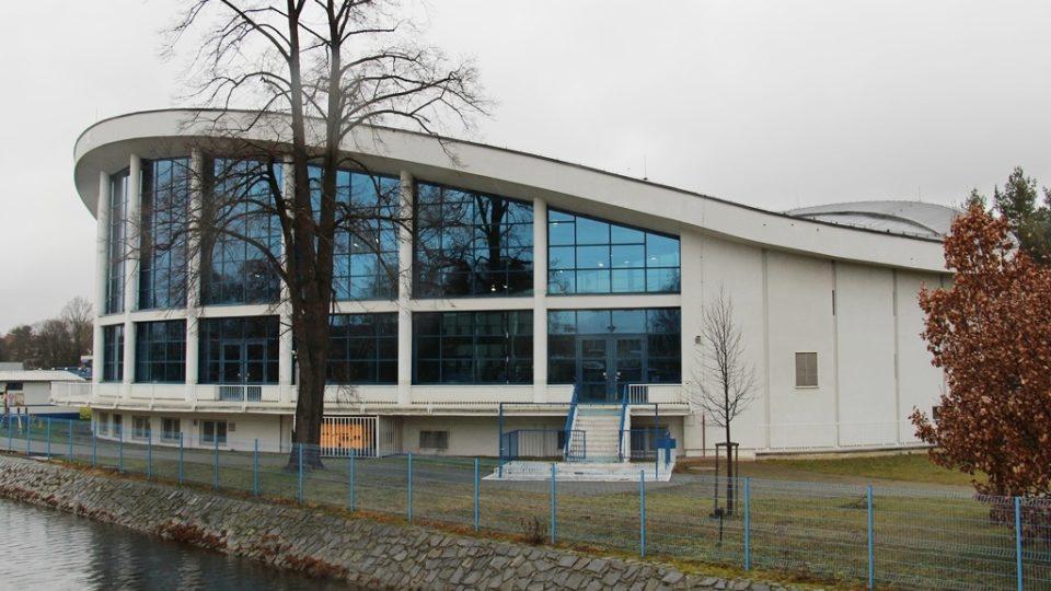 Budovu kryté plovárny navrhl architekt Bohumil Böhm v roce 1958. Byla to první česká sportovní stavba se zavěšenou lanovou střechou