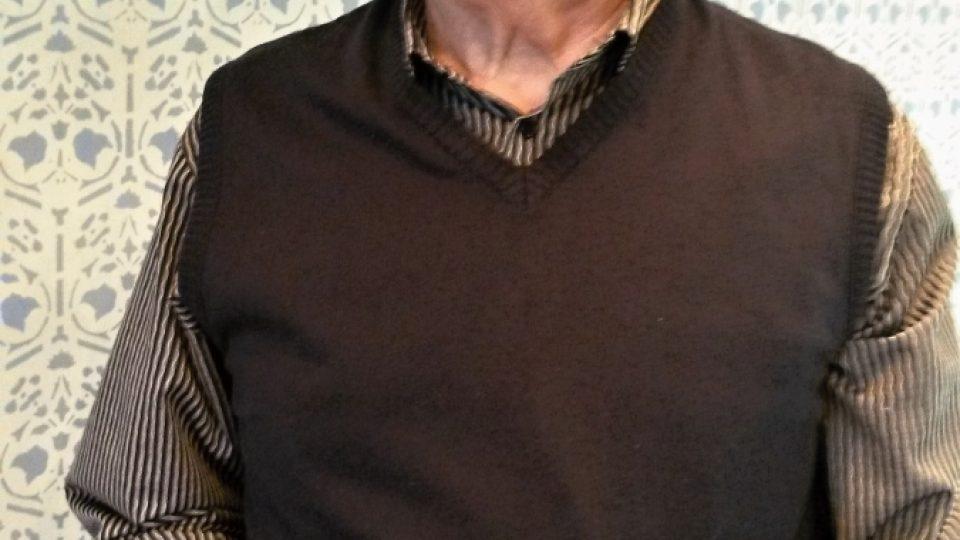 Bohuslav Ašer, pamětník a bývalý zaměstnanec bílovecké továrny, která vyráběla legendární lyžařské vázání, se svými poklady
