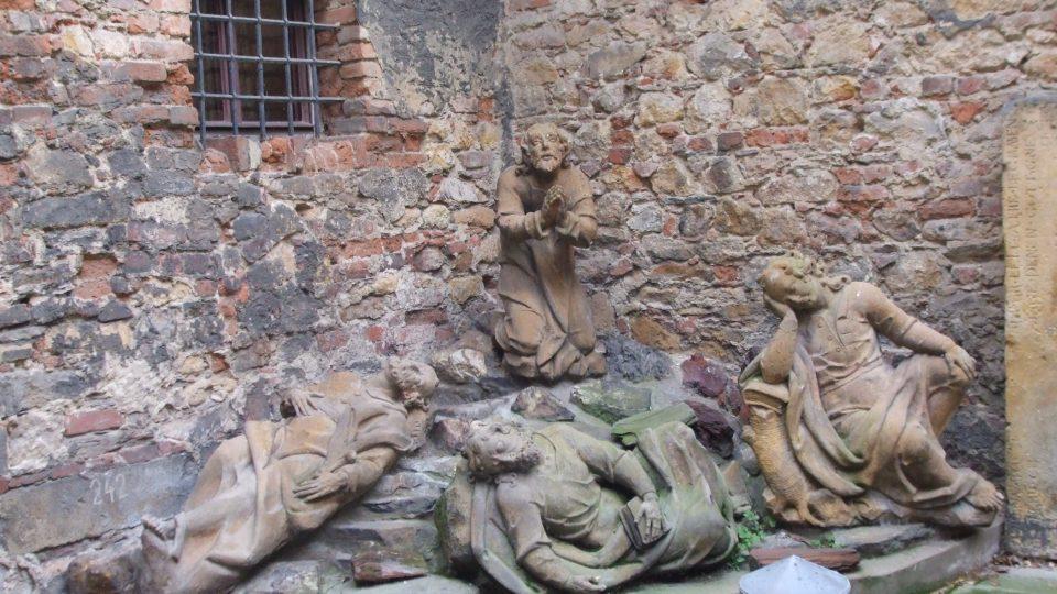 Na návštěvníky čeká spousta soch, hraničních kamenů, sloupů, božích muk, náhrobků a spousty dalších kamenných objektů z Chomutovska a Kadaňska