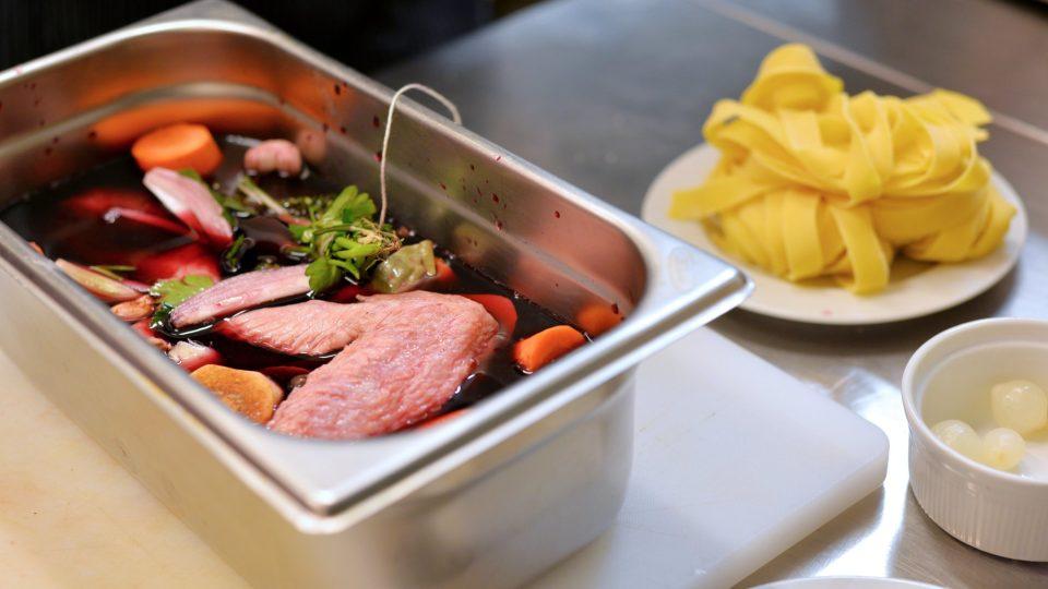 Naložené maso necháme v chladu odležet ideálně v lednici. Několikrát v průběhu odležení promícháme, aby se víno dostalo všude a maso jej dobře nasáklo