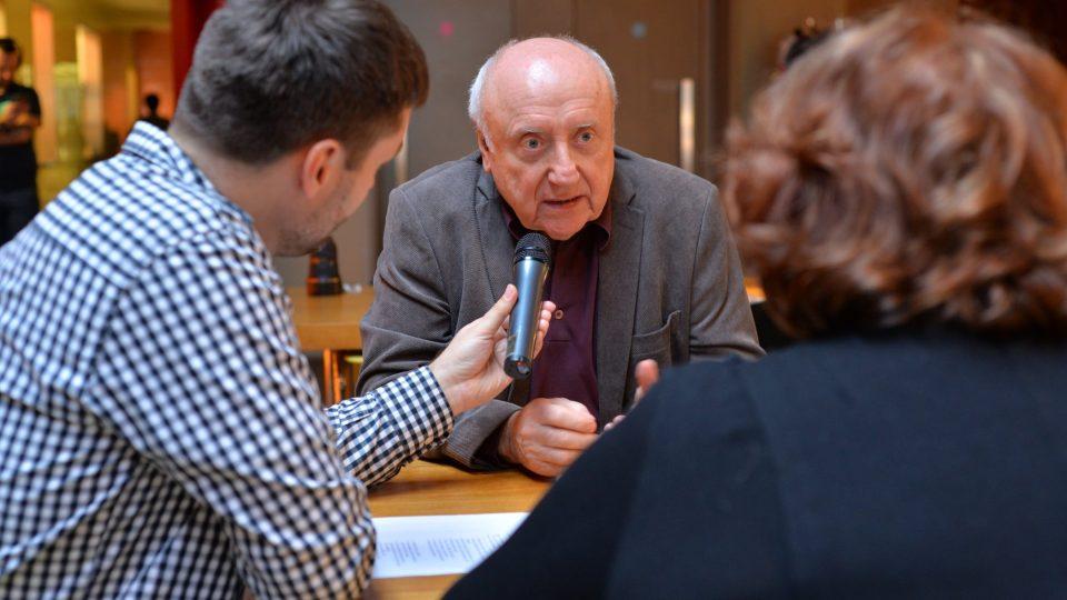 Patrik Rozehnal a Naďa Konvalinková poslouchají Felixe Slováčka
