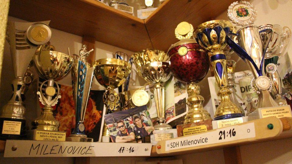 SDH Milenovice bojuje v soutěži Dobráci roku. Pohárů je v různých koutech zbrojnice nespočet