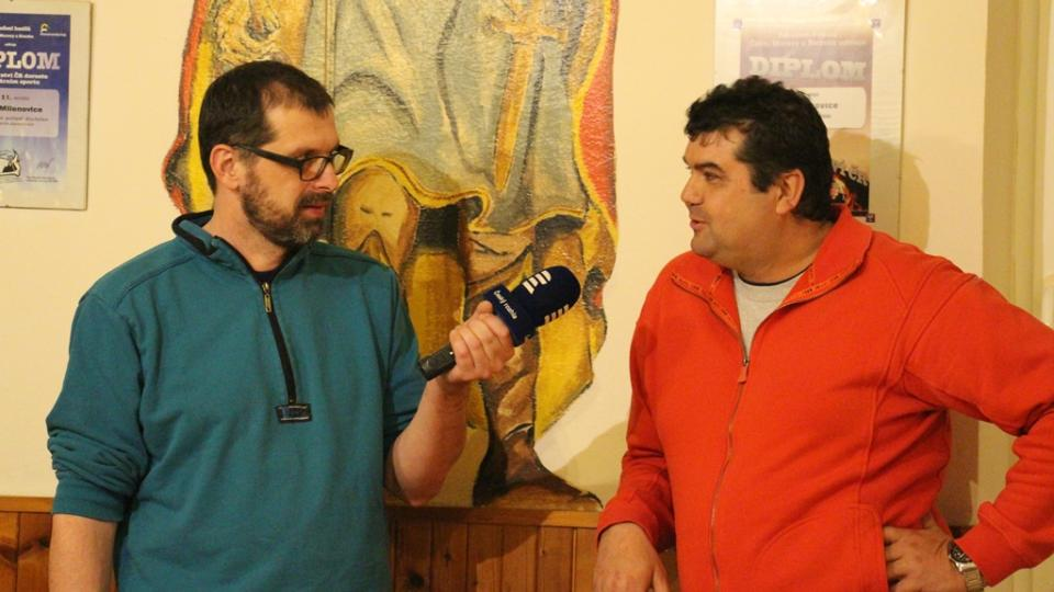 SDH Milenovice bojuje v soutěži Dobráci roku. S redaktorem Filipem Černým starosta sboru Václav Plundrich
