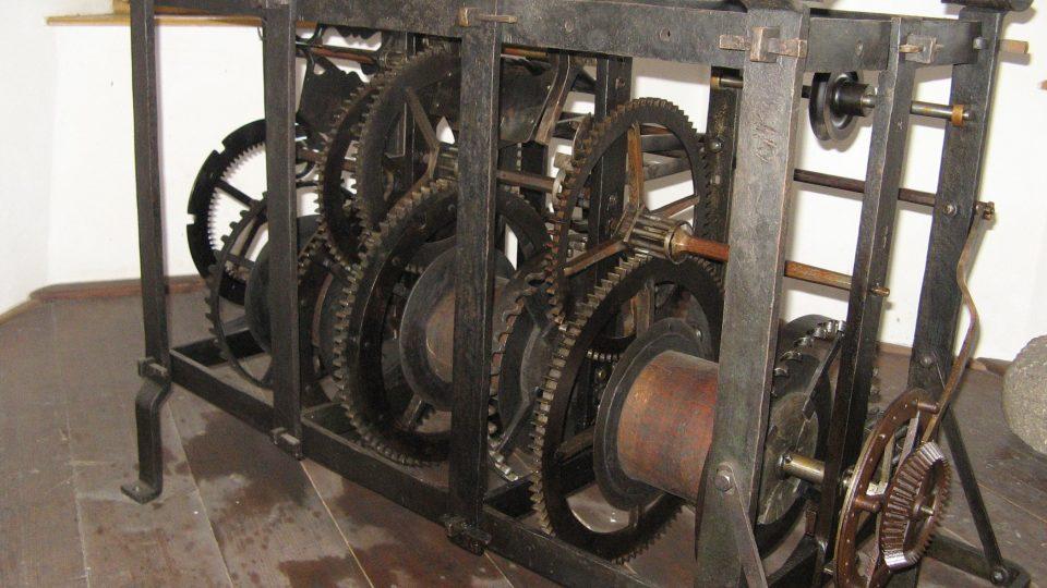 Hodinový stroj si v třebíčské městské věži můžete prohlédnout pěkně zblízka