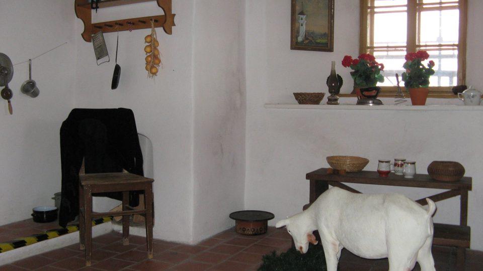 S věžníkem bydlela v malé komůrce i živá koza. V současnosti ji tam připomínají v expozici