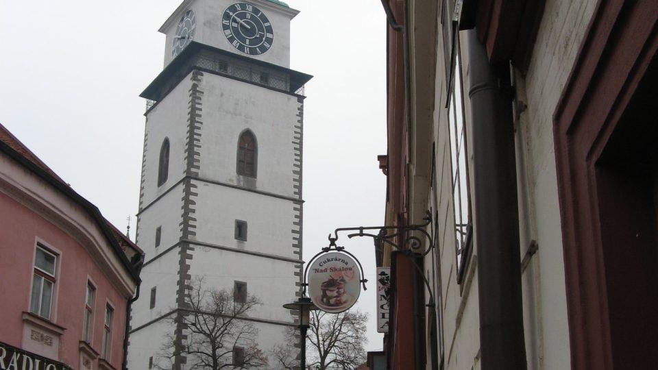 Věž je vysoká 75 metrů, ciferník patří k největším v Evropě a má průměr 5,5 metru