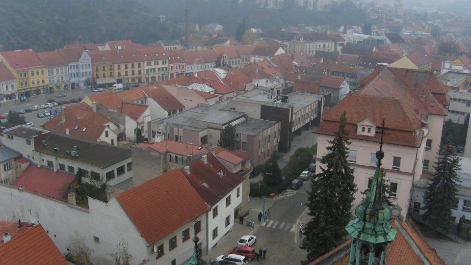Výhled z ochozu přes střechu svatomartinského kostela