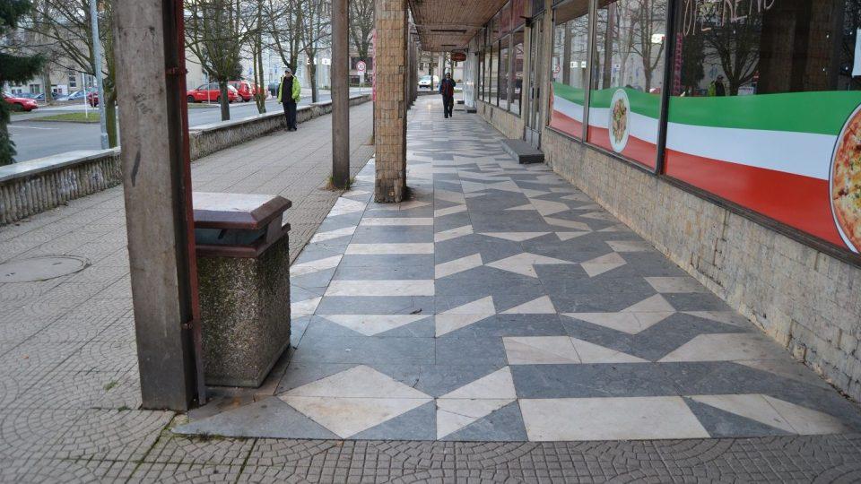 Tento chodník v litvínovské Studentské ulici navrhoval také Zdeněk Sýkora