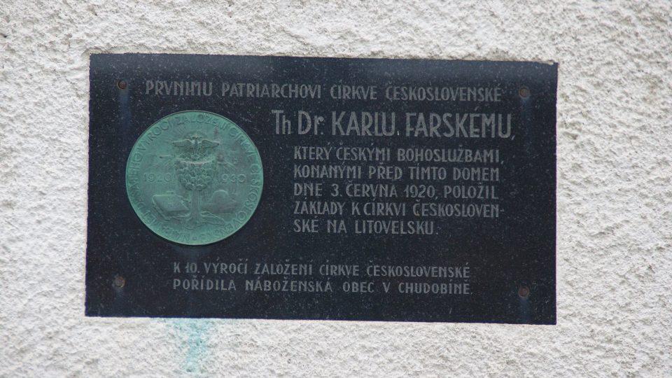 Odklon od katolické církve v Chudobíně odstartovaly bohosluřby Karla Farského, které dodnes připomíná pamětní deska
