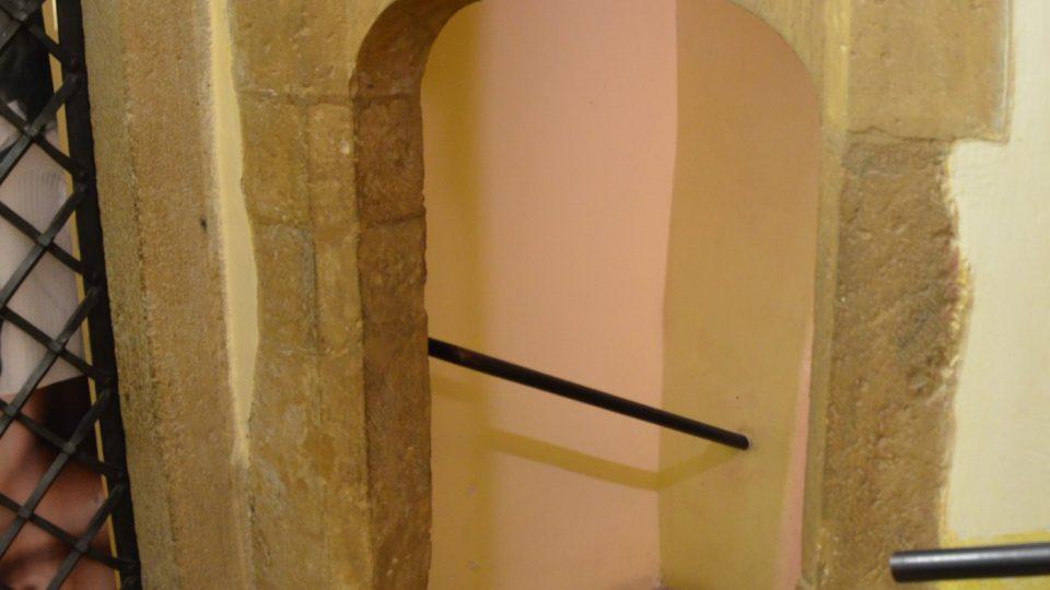 Na schodiště vedoucí do sklepa vstoupíte gotickým portálkem
