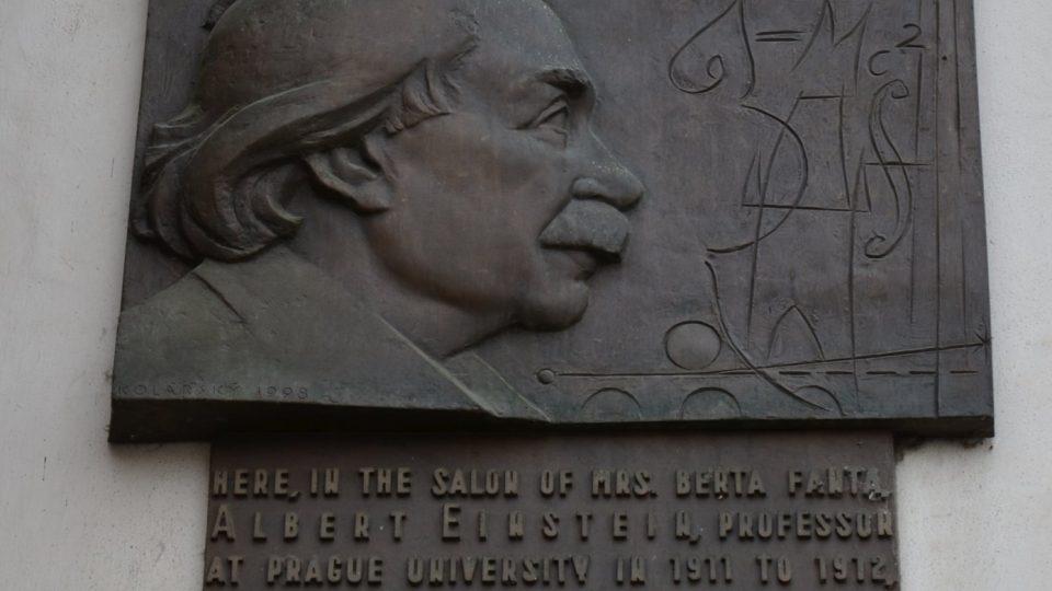 Pamětní deska Alberta Einsteina byla mylně umístěna na sousední dům U Kamenného beránka