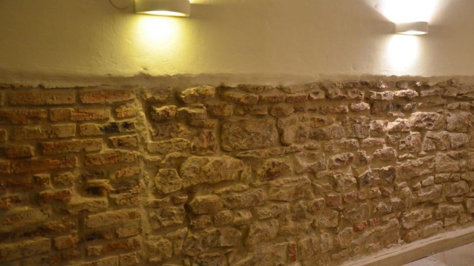 Pozůstatky původního zdiva ve sklepě domu U Kamenného stolu
