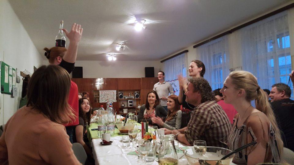 Ukázka tance s lahví na hlavě - zkouší si jedna z účastnic oběda