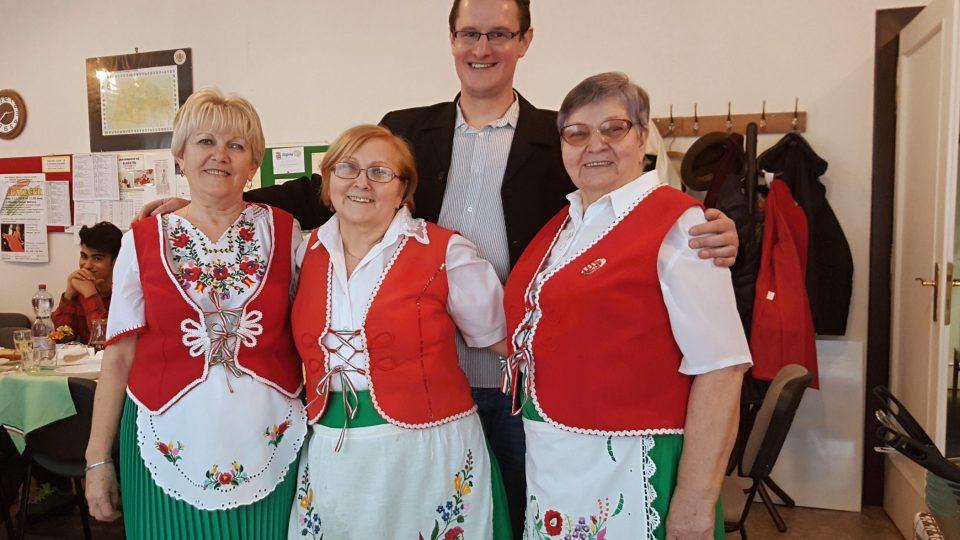 Kuchařky ve stylových kostýmech (pozor, nejde o kroje!). Šéfkuchařka Edit Bors Fiszly na snímku uprostřed