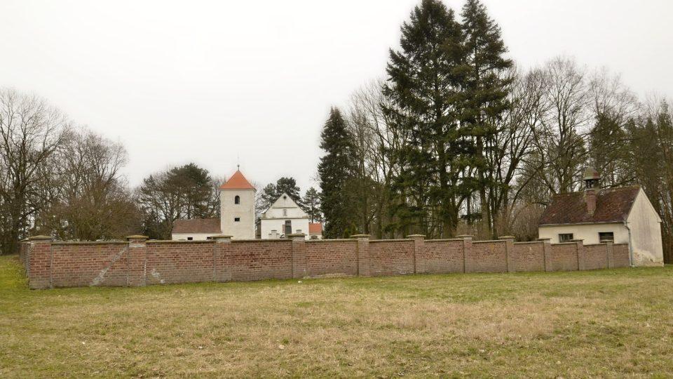 Pravěké popelnicové pohřebiště, dnes hřbitov s románským kostelíkem, Chloumek