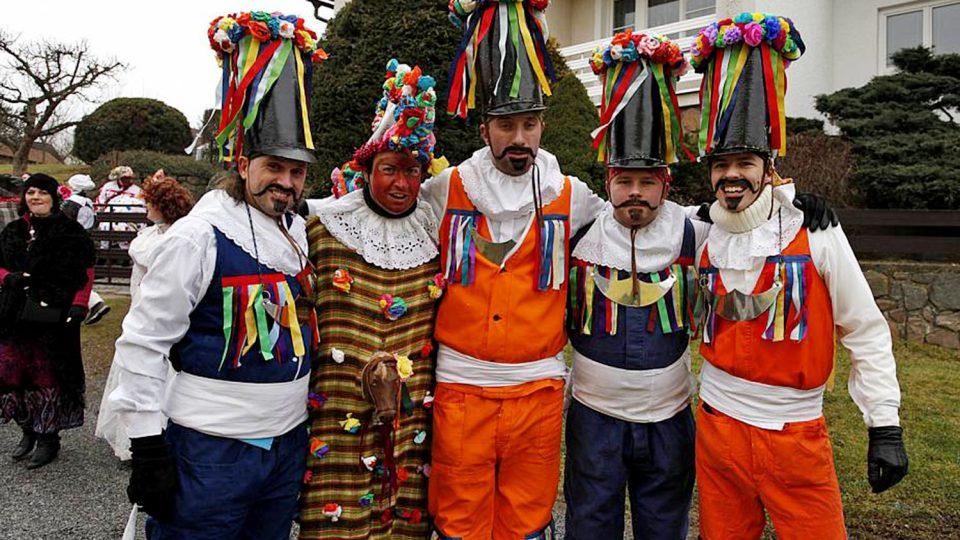 Dobrovolní hasiči v maskách při staročeském masopustu ve Včelákově