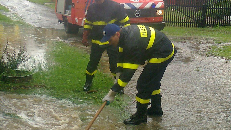Jednotka v akci, extrémní přívalové deště ve Včelákově