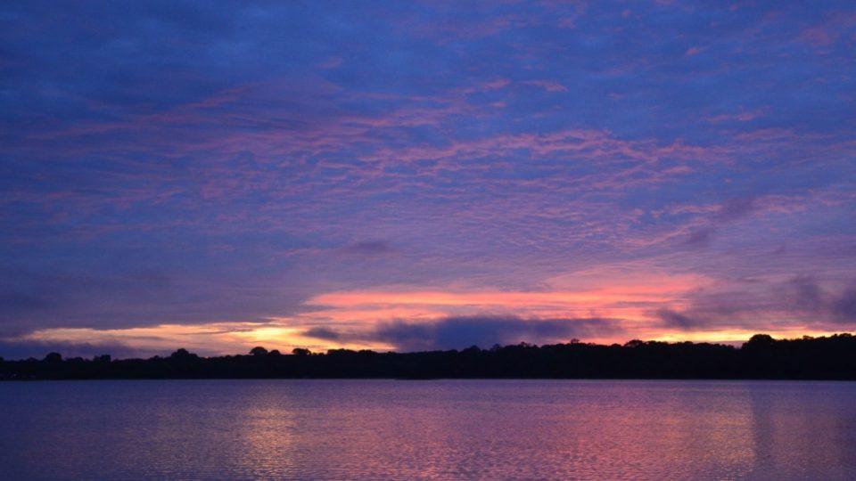 Východ slunce je v Amazonii krásný. Takhle brzo se ale také nejlépe sleduje ptactvo