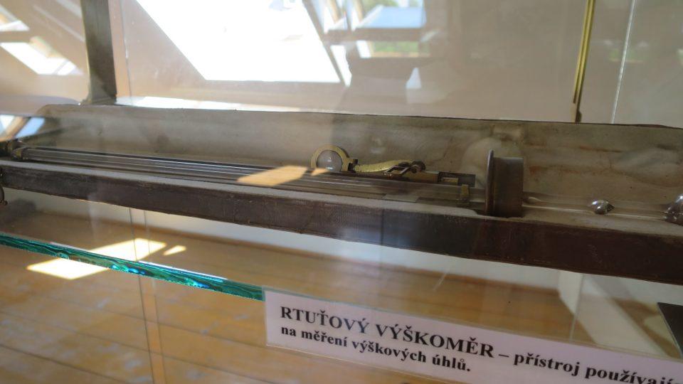 Významnou součástí expozice jsou dvě vitríny s osobními barrandovými přístroji