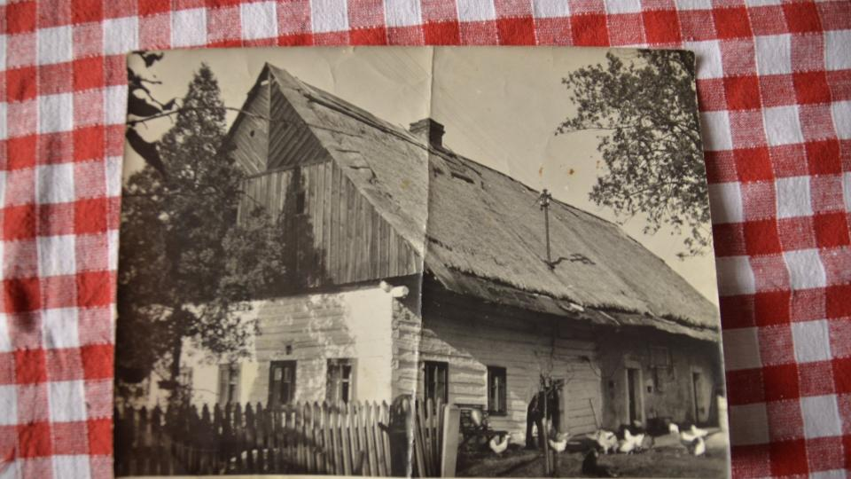 Dobová fotografie roubenky na začátku 20. století