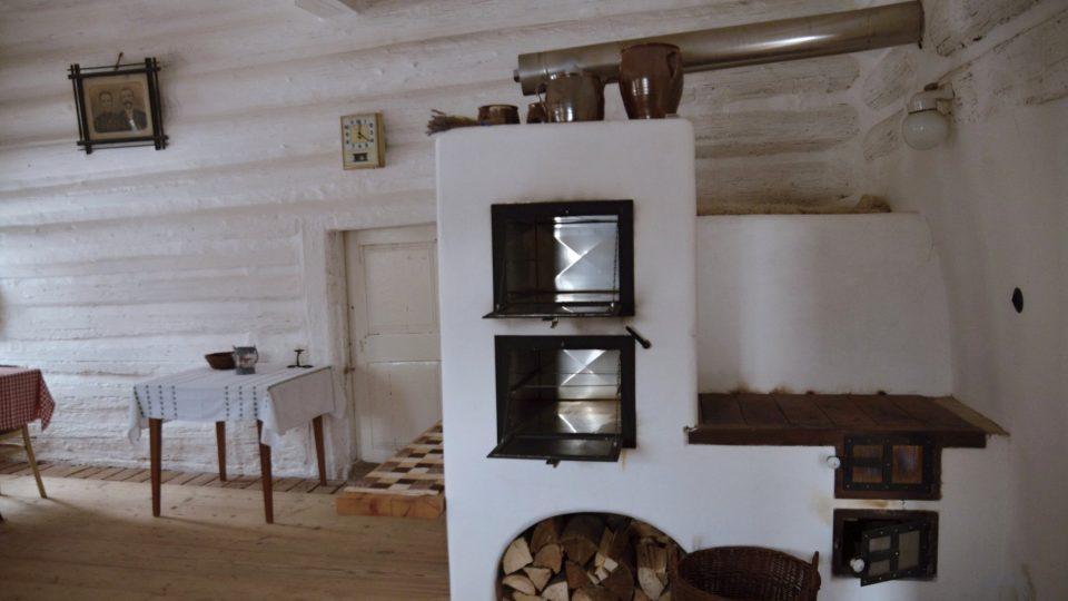 Světnice s replikou kamen, původně se tu ale vařilo na otevřeném ohni