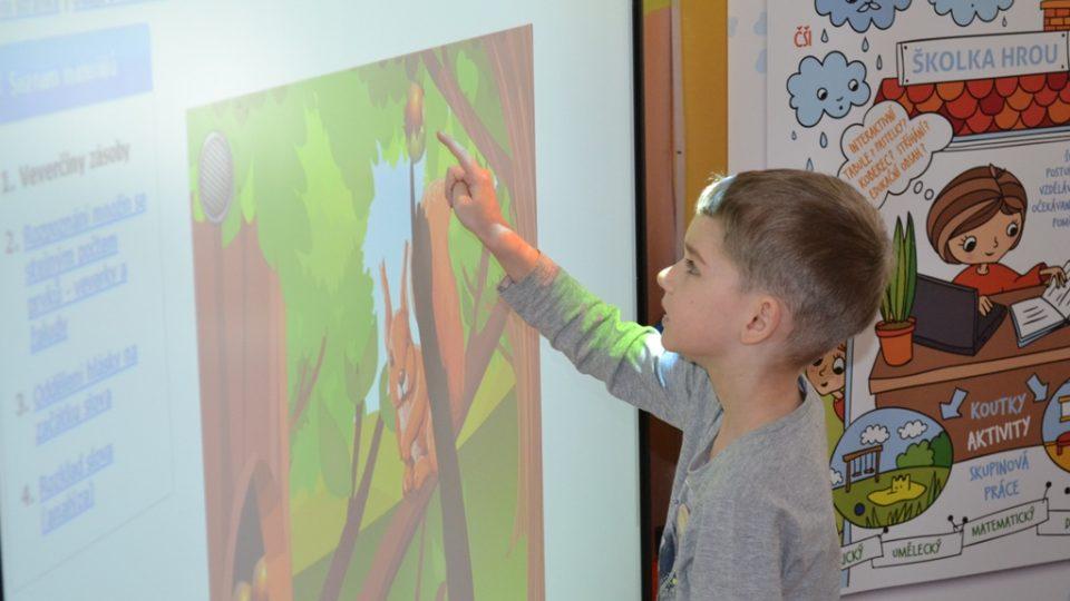 Třetí mateřská škola v Jindřichově Hradci využívá moderní technologie a stala se prvním edukačním centrem organizace EDULAB v Jihočeském kraji
