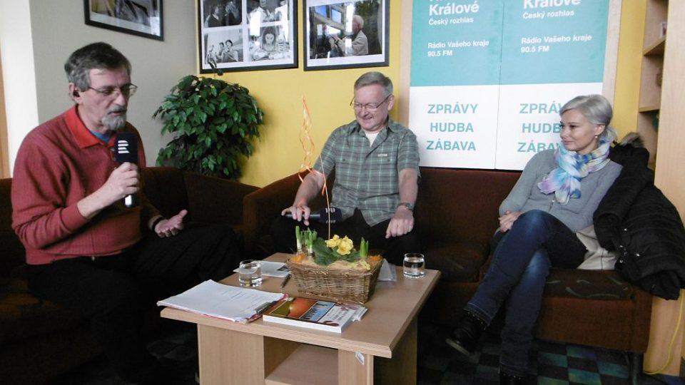 Pediatr a cestovatel MUDr. Ladislav Hanousek v Radioklubu Českého rozhlasu Hradec Králové s moderátorem Františkem Mifkem