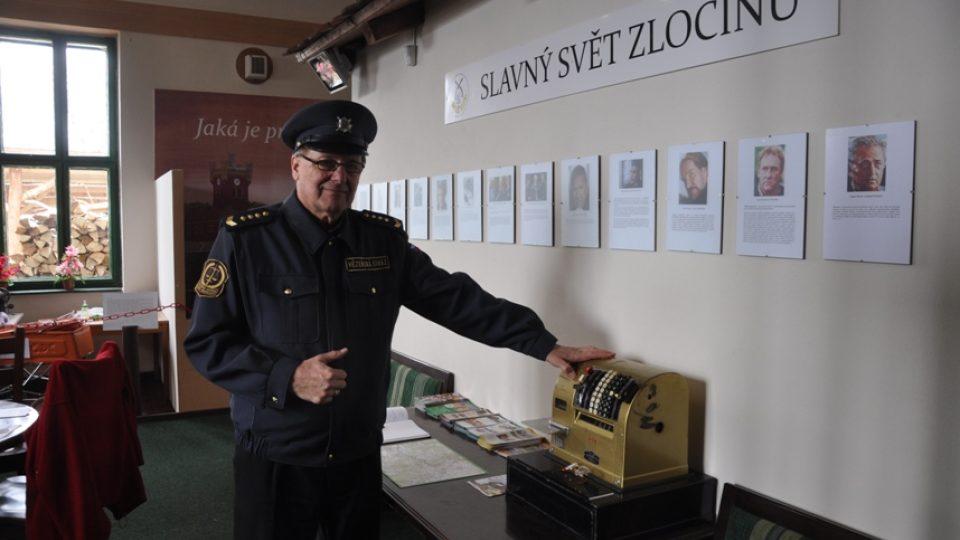 V Muzeu zločinu provádí uniformovaný průvodce