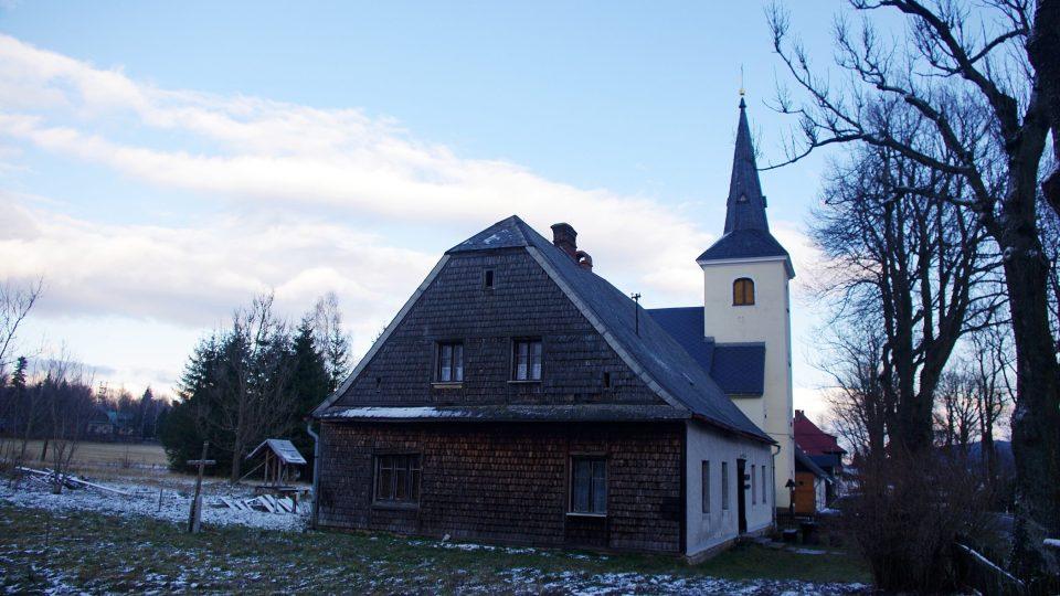 Fara stojí přímo u zdejšího kostelíka