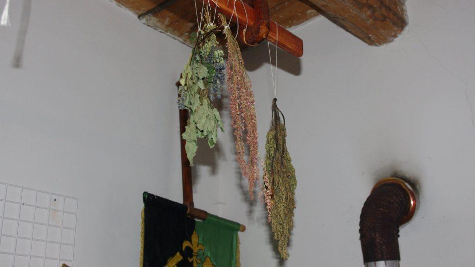 Muzeum Tkalcovna také voní - po bylinkách, které se tady suší jako před staletími