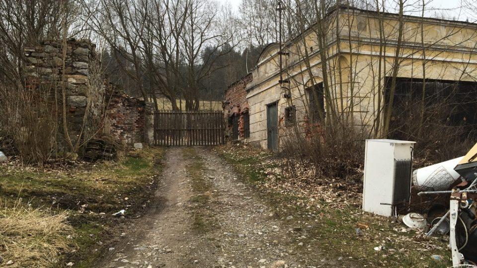 Zdevastovaná budova pivovaru v areálu kláštera ve Vyšším Brodě
