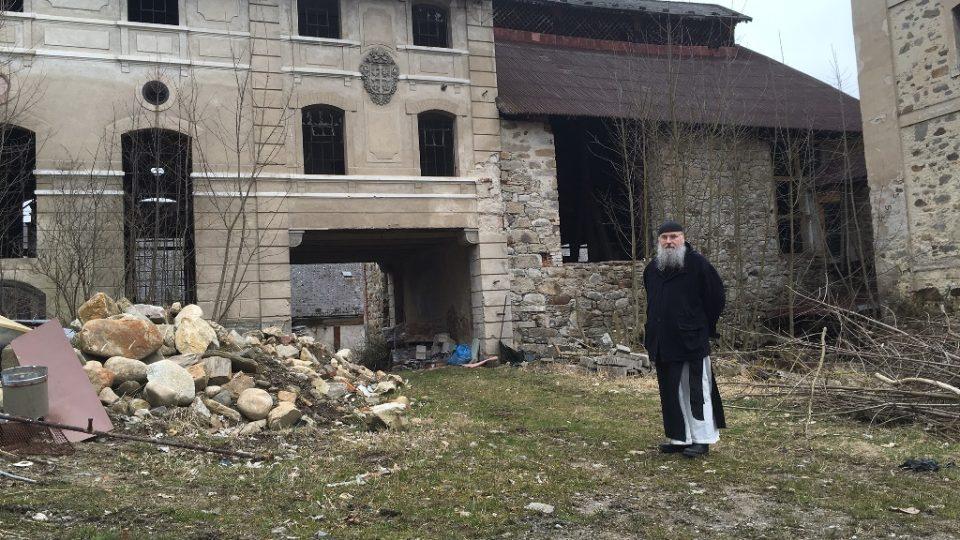 Před zdevastovanou budovou pivovaru v areálu kláštera ve Vyšším Brodě stojí převor Justin Berka