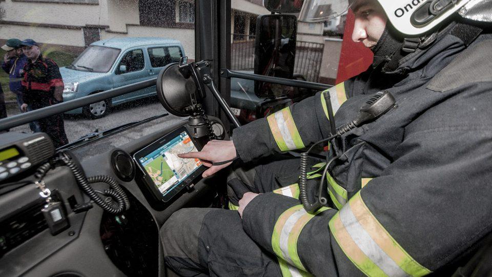 V kabině zásahového vozidla Dennis nechybí ani moderní navigace