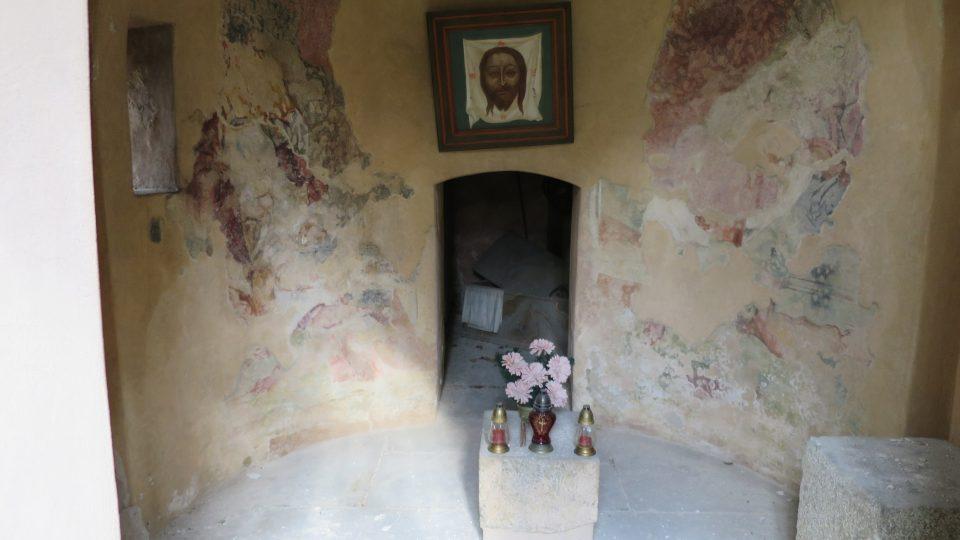 Pohled do kaple, dodnes jsou viditelné zbytky původních fresek, vzadu je malý vchod do samotného prázdného hrobu