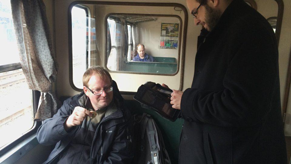 Cestující a vlakvedoucí v motoráčku na Švěstkové dráze