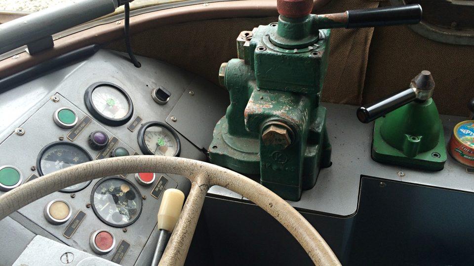 V kabině strojvedoucího motoráčku na Švestkové dráze