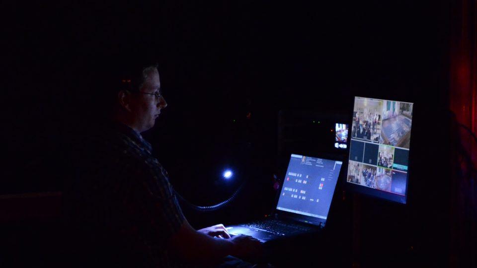 Michal Pop, režie Studia107, během video přenosu na YouTube