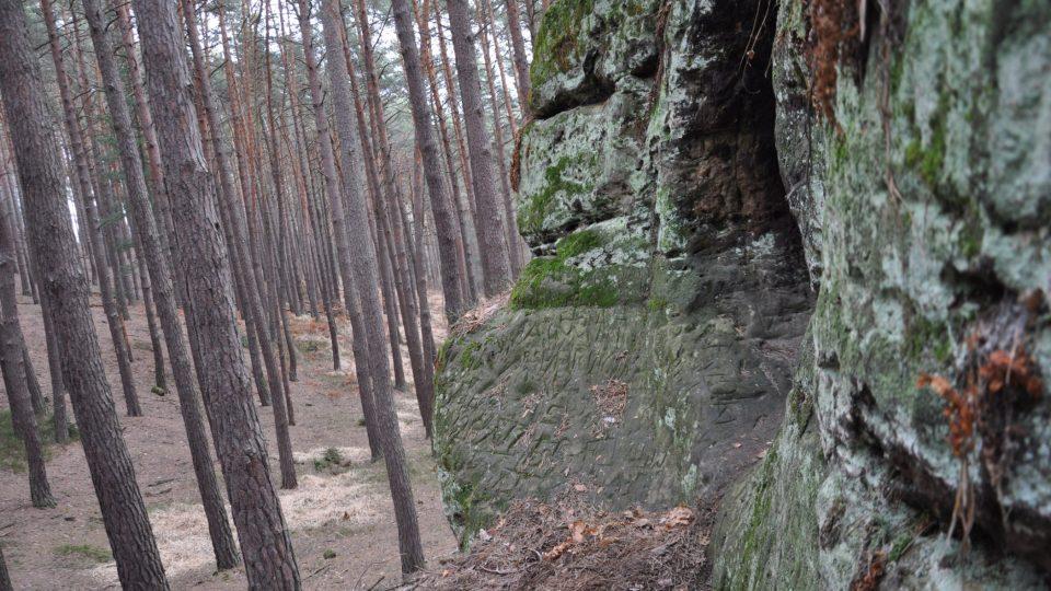 Jeskyně Drápka je vytesaná v pískovcovém bloku