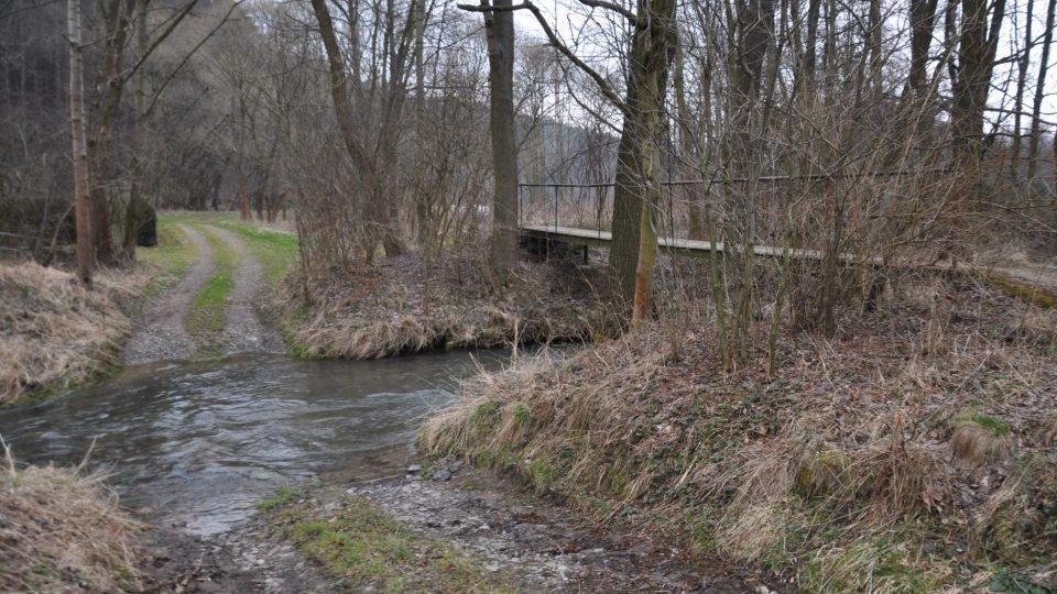 Spodní cesta z Vrbatova Kostelce vede přes potok Žejbro