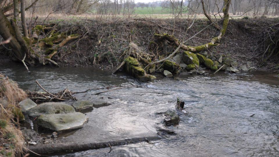 Zbytky jezu a náhonu na potoku Žejbro