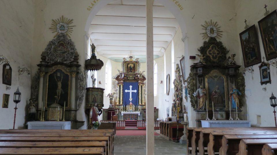 Loď kostela Nejsvětější Trojice
