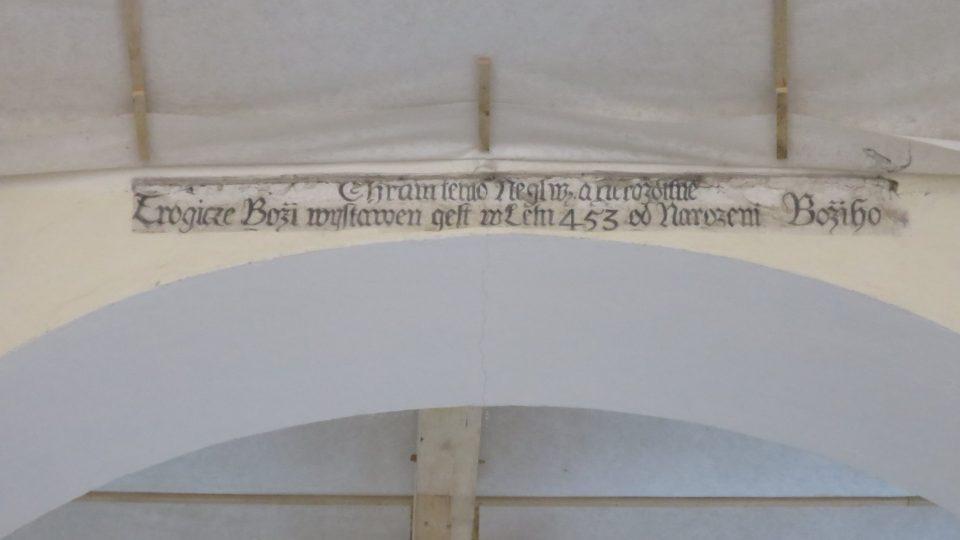 Nápis na oblouku mezi lodí a kněžištěm vztahuje datum výstavby prvního kostela k roku 453