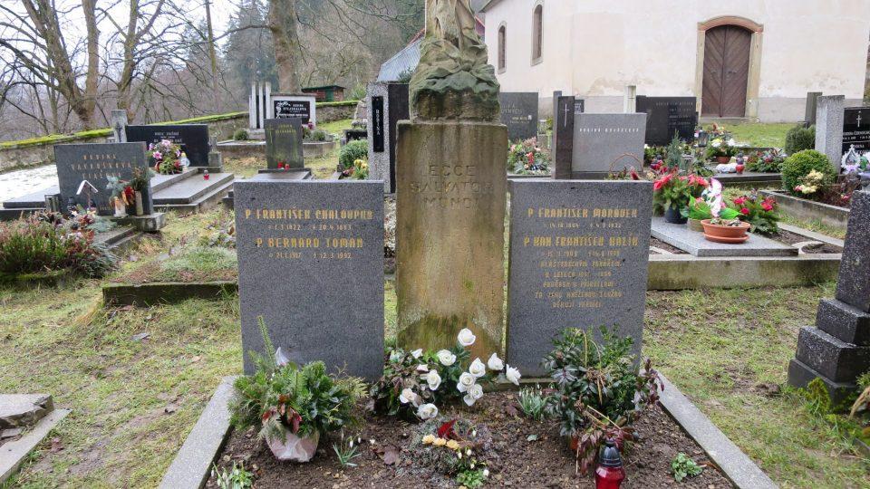 U hrobu někdejšího faráře Františka Chaloupky se po svátku Všech Svatých scházejí hudebníci a na hřbitově koncertují