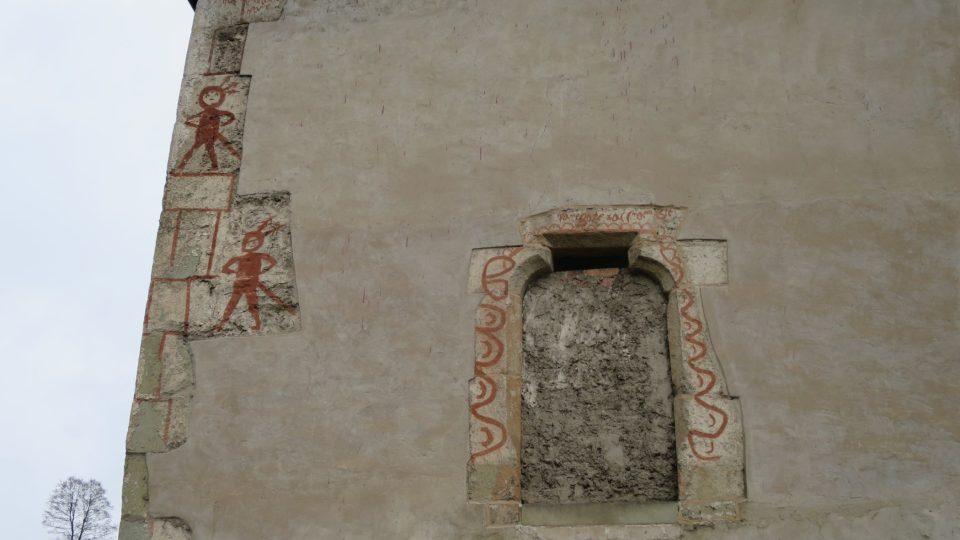 Zazděný gotický vchod kdysi vedl z ambitů klášter přímo do kostela