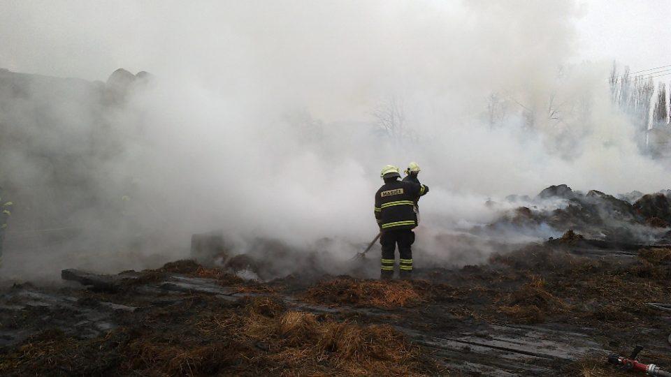 Hasiči při likvidaci požáru seníku v Moravské Třebové v roce 2013