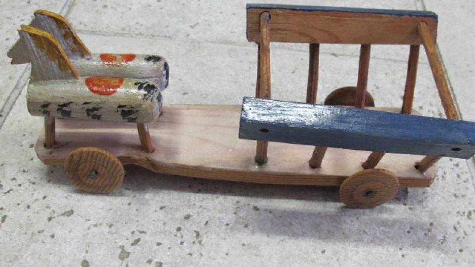 Soustružená, dřevěná hračka představující vozík s koňky. Hračka pochází ze Skašova. Nedatována