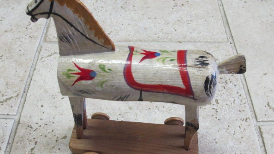 Soustružená, dřevěná hračka představující koníka. Hračka pochází ze Skašova a byla vyrobena v 1. třetině 20. století