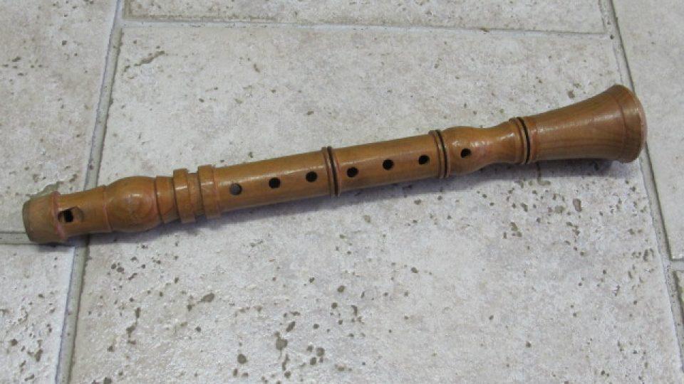 Soustružená, zvuková, dřevěná hračka představující klarinet. Hračka pochází ze Skašova a byla vyrobena v 1. třetině 20. století