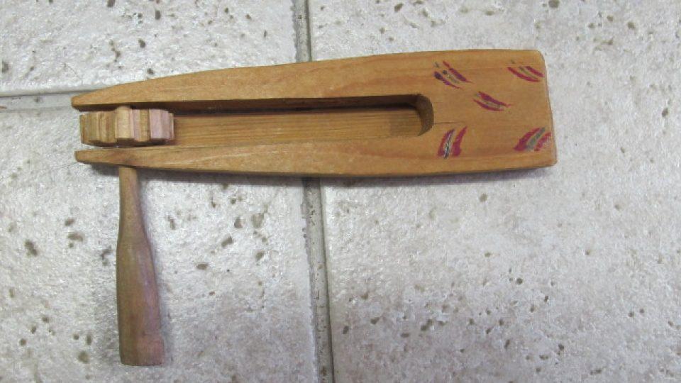Soustružená, zvuková, dřevěná hračka představující řehtačku. Hračka pochází ze Skašova. Nedatována