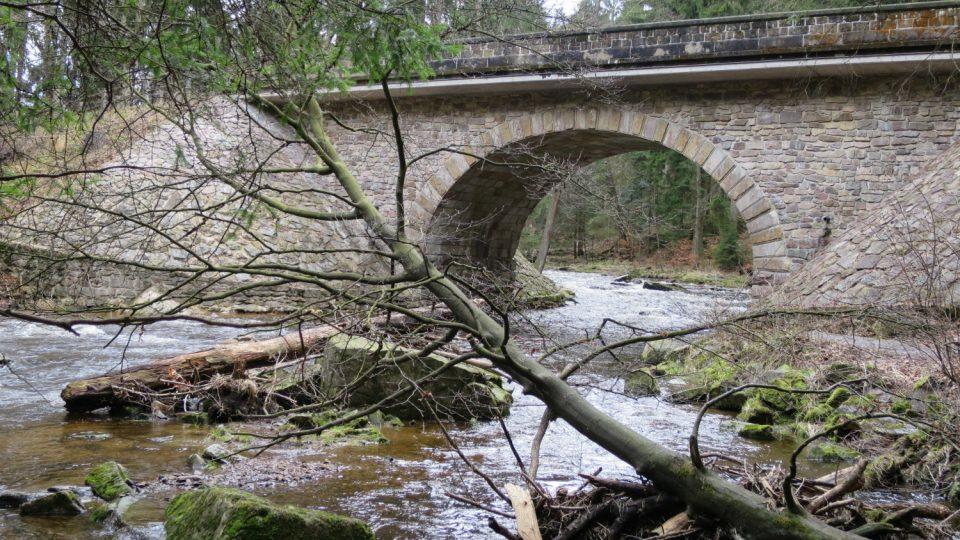 Kamenný most je vstupem do Zemské brány